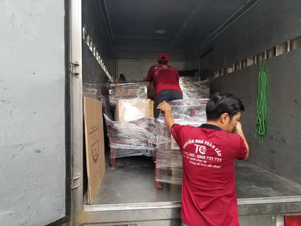 Nhân viên thực hiện việc vận chuyển tài sản lên xe